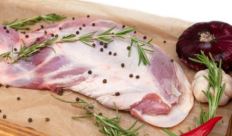 Jak szybko rozmrozić mięso w kilka minut? Sprawdzone sposoby